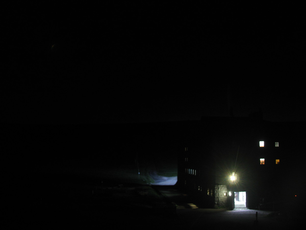 Aktuální pohled na Luční boudu od Jantarové cesty. Vlevo cesta od Sněžky a přítok Bílého Labe.